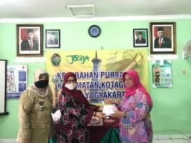 Ketua TP PKK Kelurahan Purbayan Membagikan Masker