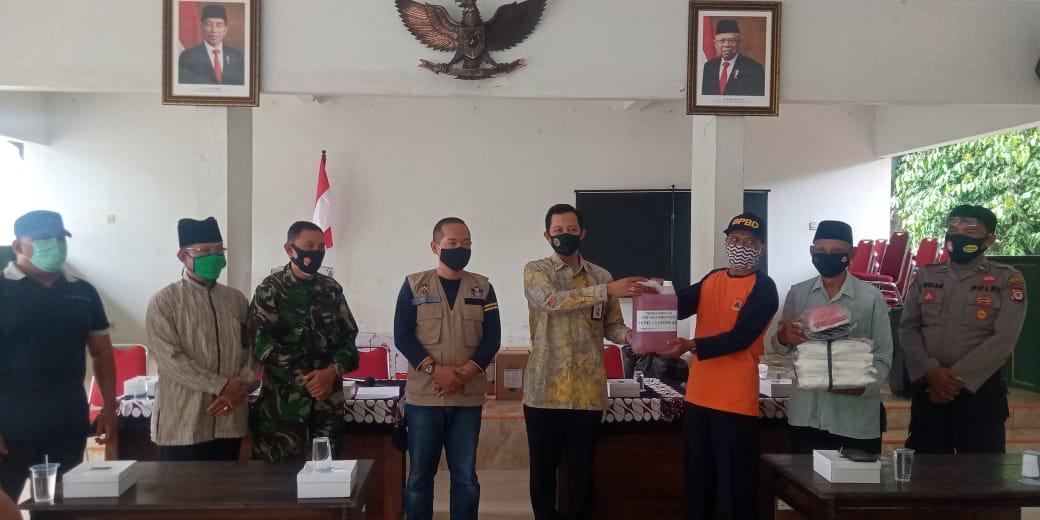 Penyerahan Alat Semprot dan APD oleh PLt Kalak BPBD Kota Yogyakarta ke Ketua Kampung